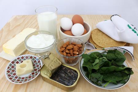 칼슘, 우유, 샐러드 채소, 아몬드, 정어리 식품 5 풍부