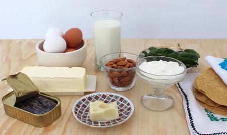 sardinas: rica en calcio, leche, vegetales de hojas verdes, almendras, sardinas Food 4 Foto de archivo