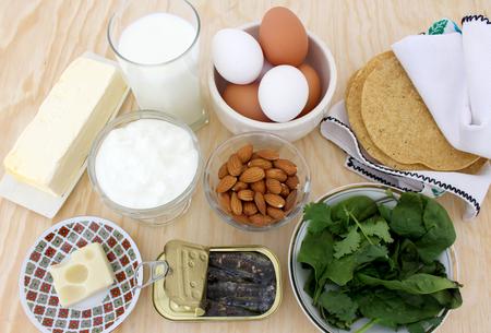 칼슘, 우유, 샐러드 채소, 아몬드, 정어리가 풍부한 음식 1
