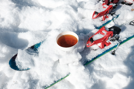 cup of tea in the snow and ski. 스톡 콘텐츠