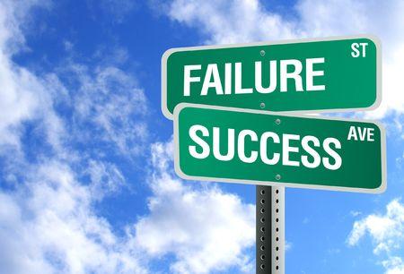 """Een groene bord heeft de woorden """"Fout"""" en """"Succes"""" op en een blauwe, bewolkte hemel is op de achtergrond. Stockfoto"""
