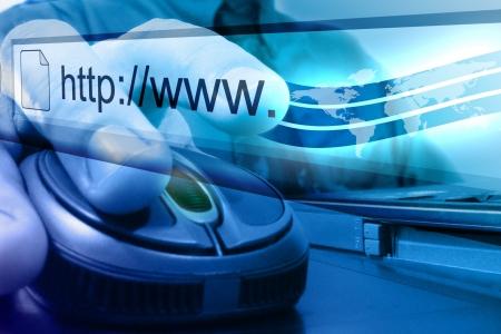 사업가 인터넷에 검색 마우스 버튼을 추진하려고합니다. 배경은 파랗고 지구의지도가 그의 손끝에서 나옵니다.