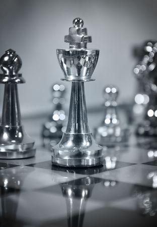 lucifers: Een closeup van een spel Schaak met een koning stuk. Kleuren schema is blauw. Deze bedrijfs strategie, concurrentie en die een eenvoudige spel schaakspel of gebruiken.