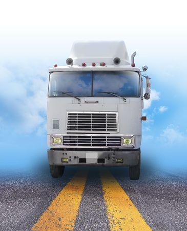 Un camión de envío está en un camino con la atenuación de cielo en segundo plano. Puede utilizarse como un transporte, carga o viajes de imagen para los negocios y el envío de mercancías. Foto de archivo