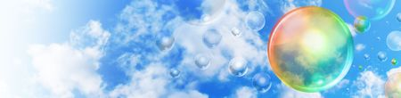 Een grote regenboog gekleurde bubble zweeft in de lucht met kleinere bubbels in de achtergrond. Er zijn wolken en copyspace gebied voor uw tekst als een header afbeelding.