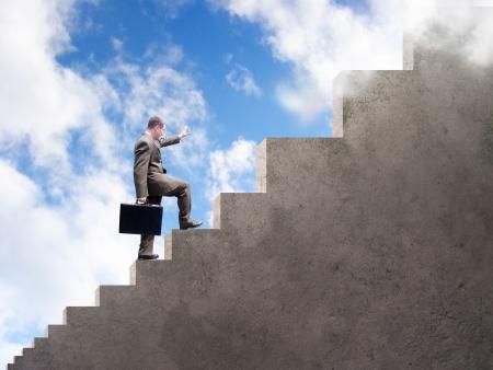 compromiso: Un hombre de negocios est� subiendo escaleras que obtienen m�s y m�s grandes. Un cielo nublado es en el fondo.