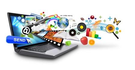 newletter: Un computer portatile ha isolato molti oggetti sporgenti fuori dello schermo su uno sfondo bianco Usalo per un concetto di e-mail o il download idea di ricerca internet Archivio Fotografico