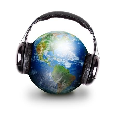tocando musica: La Tierra se est� usando auriculares negros y tocar m�sica en un fondo blanco