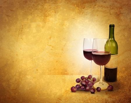 meny: Två glas vin och en flaska är på en gammal texturerad bakgrund för att lägga till din text för en part eller fest koncept Stockfoto