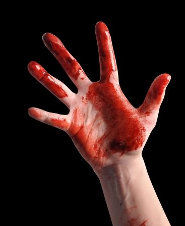 피 묻은 빨간 손 검정색 배경에 고립 및 최대에 도달한다