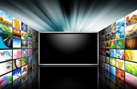 フラット スクリーン テレビが空白の黒のテキスト領域のそれの側面から出てくる写真画像 写真素材