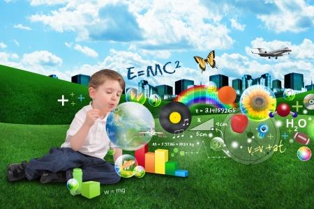 imaginacion: Un muchacho joven sopla burbujas con objetos de aprendizaje dentro hacia fuera sobre una ciudad y las nubes