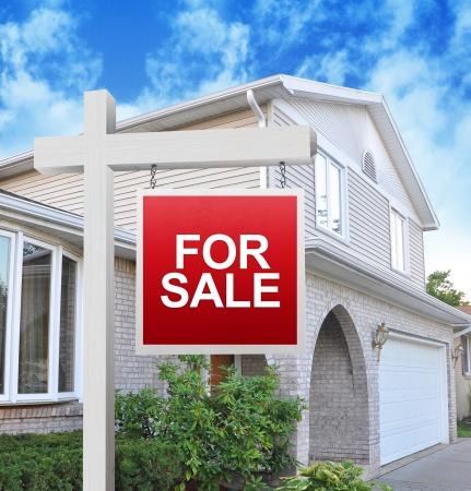 home for sale: Una casa � la pubblicit� di un segno per la vendita su un cartello di legno in rosso. Usalo per un concetto di mercato immobiliare.