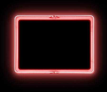 iluminado: Un signo luminoso de neón rojo en blanco sobre un fondo negro es brillante Foto de archivo