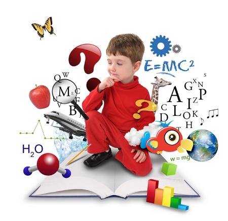 Een jonge jongen zit op een grote met verschillende wetenschap, wiskunde en natuurkunde pictogrammen om hem heen op een witte achtergrond Gebruik het voor een school of leerconcept Stockfoto