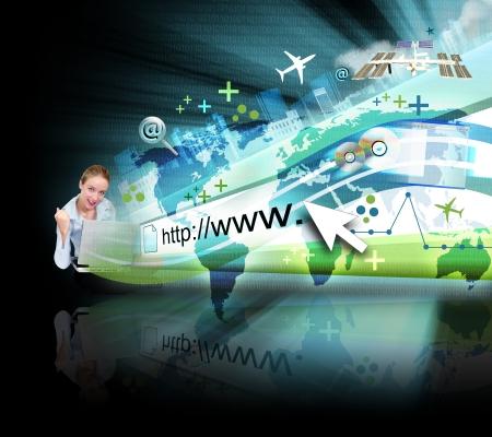 tecnologia: Una giovane donna � seduta a terra con un computer portatile e un indirizzo internet astratto � saltar fuori con un codice binario mappa e ci sono molti oggetti venuta fuori con una luce