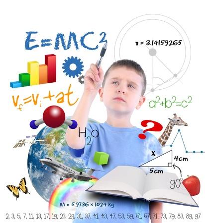 Een jonge jongen schrijven op een witte achtergrond met verschillende wetenschap, wiskunde en natuurkunde pictogrammen om hem heen Gebruik het voor een school of leerconcept Stockfoto