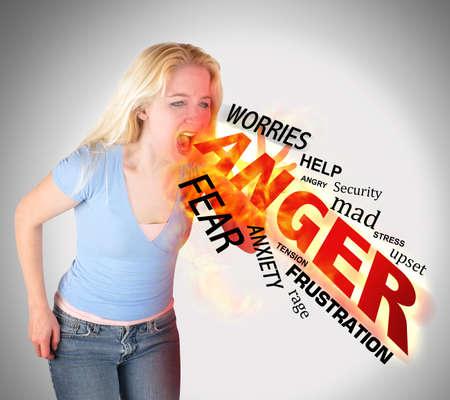 col�re: Une femme en col�re folle est criant texte avec le feu d'un concept de stress.