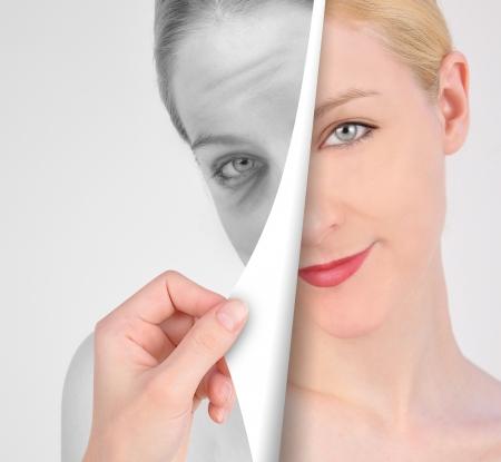 tratamiento facial: Una mano se está volviendo un artículo de un ojo joven, a una mujer arrugada Foto de archivo