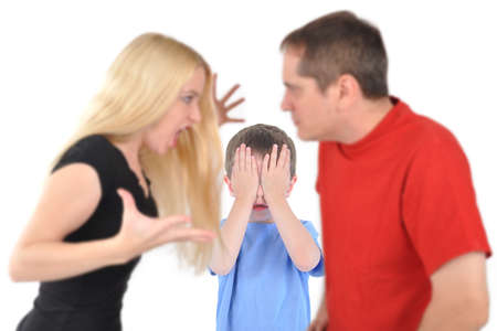 scheidung: Missbrauch, missbr�uchliche, Erwachsene, Angst, Aggression, aggressiv, Zorn, w�tend, Argument, mit dem Argument, wei�er Hintergrund, Junge, Kind, Konflikt-, Beratungs-, Paar, weinen, deprimiert, Uneinigkeit, Streit, Scheidung, h�usliche, dysfunktionale Familie, Angst , Kampf, Kampf, Lizenzfreie Bilder