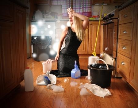 pulizia pavimenti: Una donna sta pulendo il pavimento in qualit� di una star del cinema glamour in un vestito elegante per un concetto di carriera o di lavoro domestico Archivio Fotografico