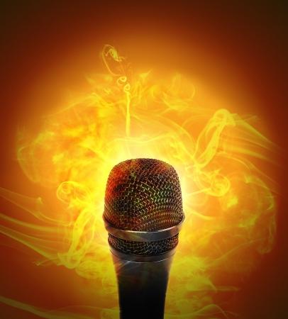Een microhone heeft brand rook rond het op een oranje achtergrond voor een muziek of entertainment concept