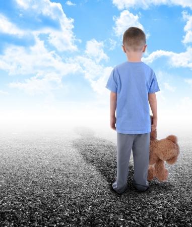niños caminando: Un joven sostiene un oso de peluche y se coloca en una carretera vacía con las nubes en el cielo