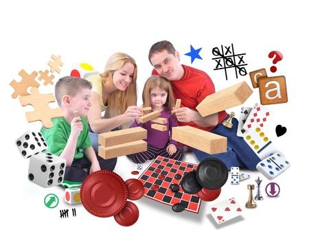 dados: A fammily feliz es jugar con varios juegos de rompecabezas, bloques y fichas en un fondo blanco aislado.