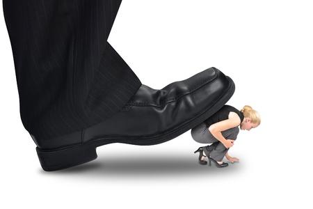 企業の大きな足は力または管理の概念のための小さな女性従業員を踏んでいます。 写真素材