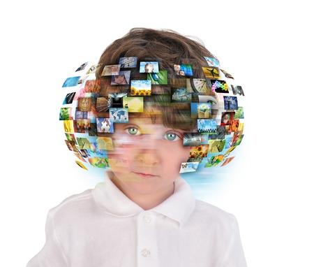 and future vision: Un niño tiene diferentes imágenes de los medios en torno a su cabeza sobre un fondo blanco