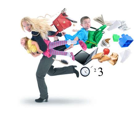werkende moeder: Een moeder is laat op school en werk en haasten met haar kinderen voor een grappige stress-concept op een witte achtergrond geïsoleerd.