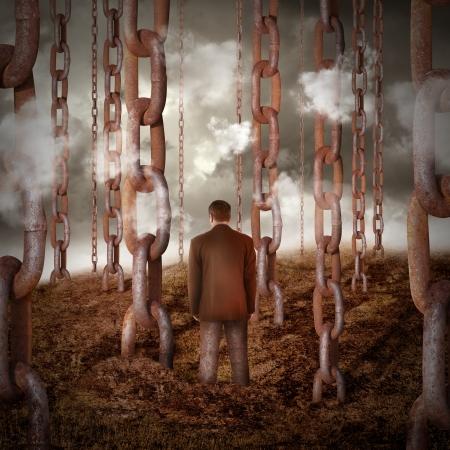 gefesselt: Eine einsame traurige Mann gekettet ist auf die trockene Landschaft mit anderen Ketten gehen in den Himmel f�r eine Macht oder Freiheit Konzept.
