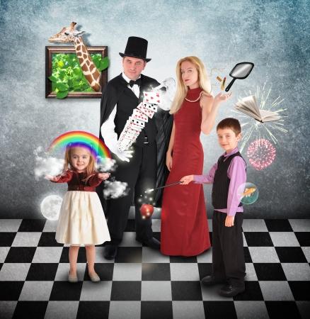 mago: Una familia está realizando trucos de magia con un mago y tarjetas de humor o el concepto de Halloween.