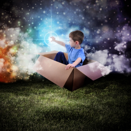 aventura: Un joven está sentado en una caja de cartón y flotando en el cielo de la noche para llegar a una estrella en el espacio.