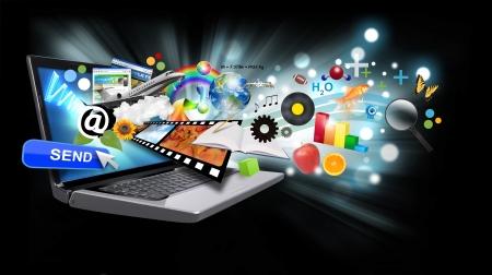 Ein Laptop hat viele Objekte aus dem Bildschirm auf einem schwarzen Hintergrund mit glühenden Lichtprojektions.