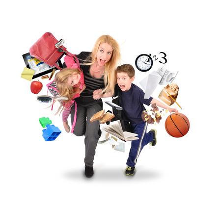 m�re et enfants: Une m�re est en retard pour l'�cole et le travail tout en se pr�cipitant avec ses enfants pour un concept de stress dr�le sur un blanc isol�. Il ya des objets volants loin d'eux.