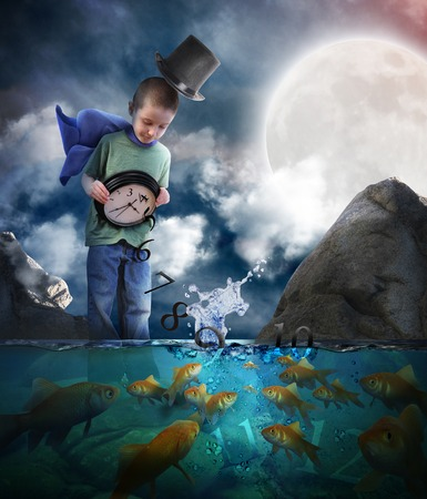 paciencia: Un niño está de pie en el agua la noche vertiendo el tiempo de espera de un reloj con peces dorados mirando los números de la hora de acostarse o concepto de historia.