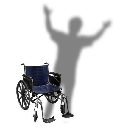 paraplegico: Una silla de ruedas es aislado en un fondo blanco con la sombra de una persona que camina por una discapacidad o el concepto de rehabilitación.