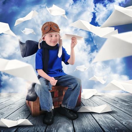 papierflugzeug: Ein kleines Kind h�lt ein Papier Flugzeug in den Himmel zu tr�umen, ein Pilot, Der Junge ist gl�cklich, f�r eine Karriere oder Traumkonzept Lizenzfreie Bilder