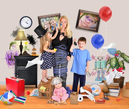 werkende moeder: Een werkende moeder is gestrest en probeerde op een mobiele telefoon met wilde kinderen en een baby maken een puinhoop in het huis voor een discipline of ouderschap begrip