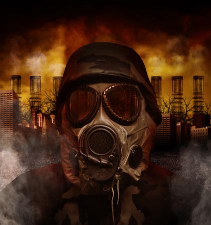 Een soldaat is het dragen van een gas masker in een vervuilde, enge stad met schoorstenen op de achtergrond voor een oorlog of gevaar begrip
