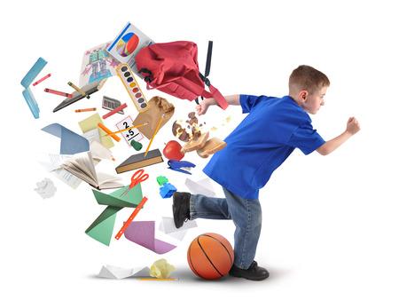 Een school jongen is aan de late kant met voorraden vallen uit zijn boekentas op een witte achtergrond geïsoleerd voor een opleiding of terug naar school concept.