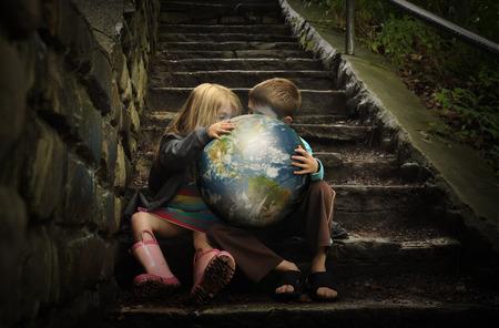 imaginacion: Los ni�os son la celebraci�n de la tierra del planeta en las escaleras oscuras h�medas para un clima o la estaci�n concepto sobre el AMBIENTE. Foto de archivo