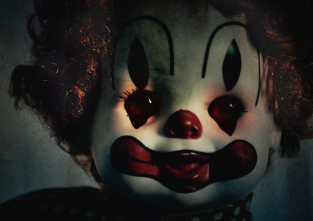 A closeup of a scary evil clown toy doll that could be possed with evil. Use it for a halloween or fear concept. Stockfoto