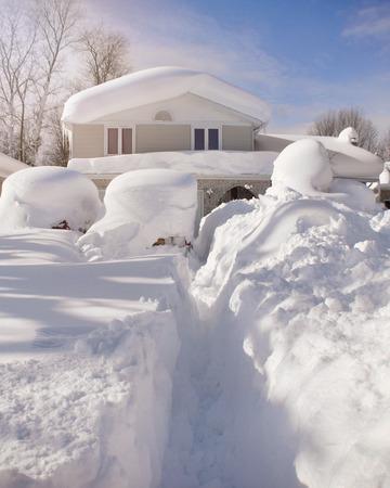 집, 지붕, 자동차는 날씨 나 눈보라 개념 서부 뉴욕에 깊은 하얀 눈으로 덮여있다.