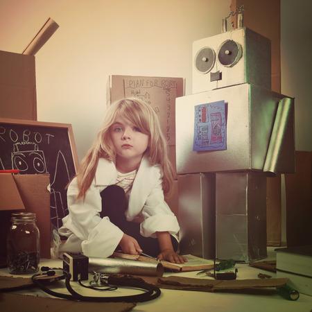 carton: Un estudiante de la ciencia inventa un robot de metal con cajas de cartón con las herramientas. Úsalo para un concepto de la educación o de la imaginación.