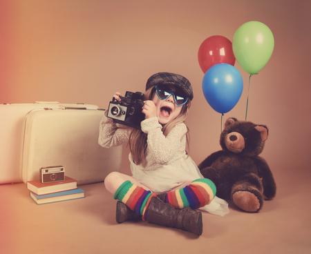 創造性やビジョン コンセプトの風船とぬいぐるみのクマに対して古いカメラで写真を撮るヴィンテージ子供の写真。