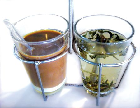aftertaste: A popular traditional asian drink of coffee with condense milk and local tea to wash down the strong aftertaste of the coffee Stock Photo