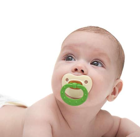 Lindo bebé chupa un maniquí y la mirada