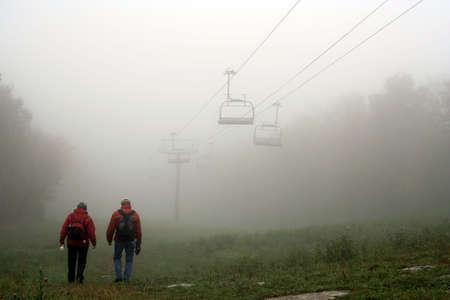 Anorak: Herbst Nebel in den Bergen - Mont Sutton, Quebec, Kanada Lizenzfreie Bilder